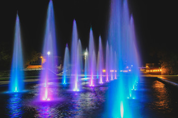 Papiers peints Fontaine colored water fountain at night