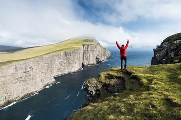 libre liberté paysage randonnée trek trekking falaise grand ile féréo faroe island océan homme petit élément nature