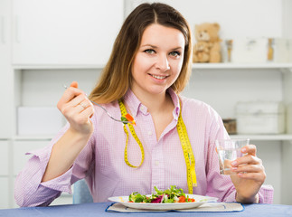 Woman eating healthy to lose weight
