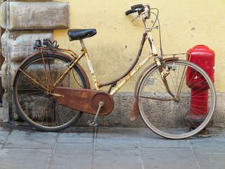 Foto op Plexiglas Fiets Old rusty vintage bicycle near concrete wall