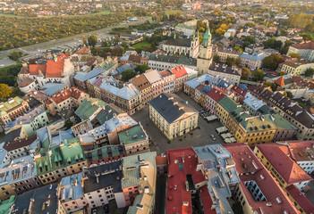 Lublin - stare miasto z Trybunałem Koronnym i wieżą Trynitarską widziane z powietrza. Widok z lotu ptaka.