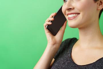 attraktive frau telefoniert mit ihrem smartphone