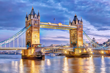 London Tower Bridge bei Nacht