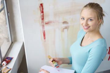 junge künstlerin beginnt mit einem neuen bild