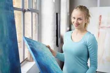 junge künstlerin im atelier