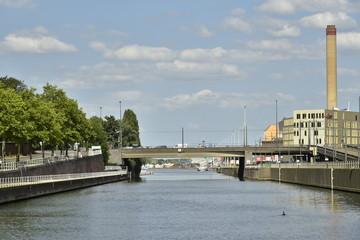 Le canal maritime de Bruxelles avec le pont Van Praet et l'incinérateur