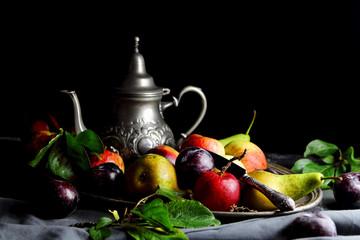 груши,яблоки и сливы на серебряном подносе