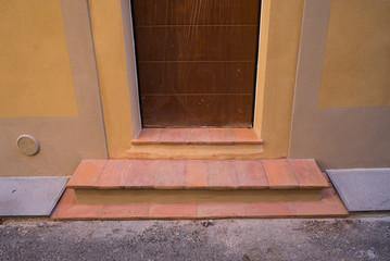 Ingresso casa restaurata, porta legno e nuovi scalini in cotto