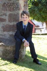 Junge mit freundlichem Gesicht im Anzug
