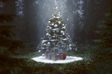 Weihnachtsbaum mit Geschenken im Wald