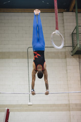 Photo sur Plexiglas Gymnastique Male gymnast performing on gymnastic rings