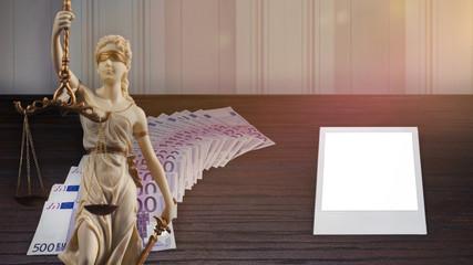 Weiße Justitia Statue vor vielen Geldscheinen und einem Fotorahmen mit Textfreiraum