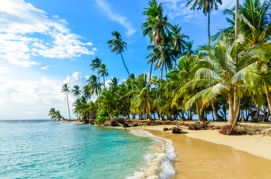 Beautiful lonely beach in caribbean San Blas island, Kuna Yala, Panama. Turquoise tropical Sea, paradise travel destination, Central America