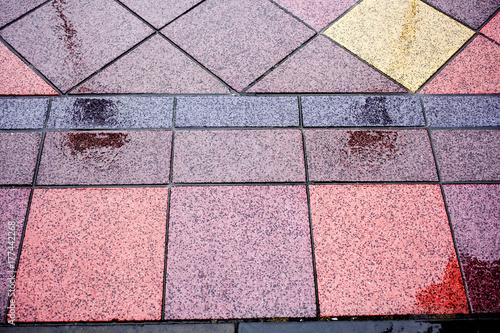 suelo de baldosas de colores mojado por la lluvia\