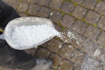 Streuzalz Salz gegen Glatteis streuen