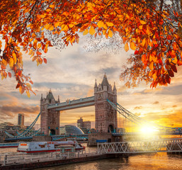 Basztowy most z jesień liśćmi w Londyn, Anglia, UK
