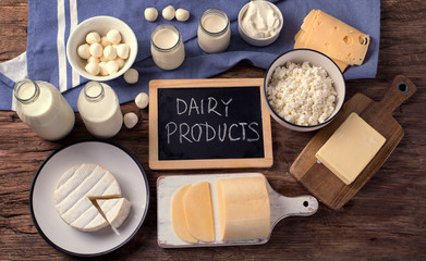 Poster Produit laitier Dairy products on wooden background.