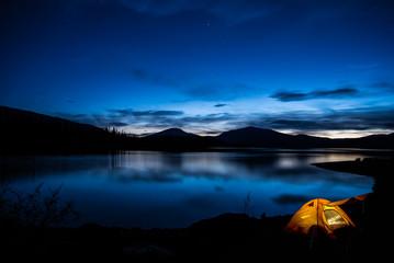 Beleuchtetes Zelt im Sonnenuntergang