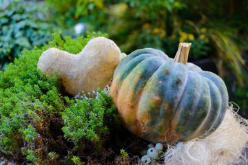 Eine Herbstdekoration mit Kürbis und Herz