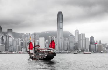 Hong Kong Skyline und Schiff mit roten Segeln