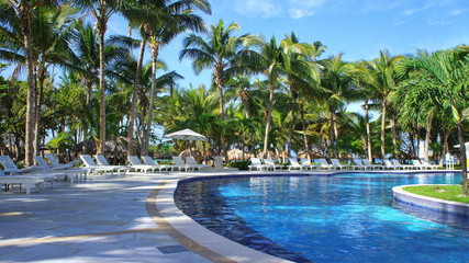 Isla Levantado, swimming pool close to a beach