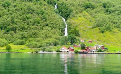 Kleines Dorf am Fjord in Norwegen
