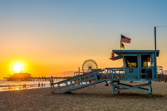 santa monica lifeguard tower and pacific park at background