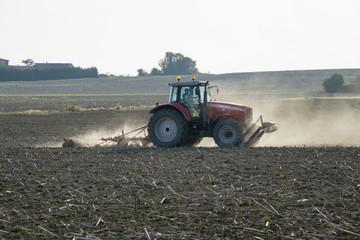 Tracteur de labour et de moisson dans un champ de terre