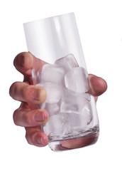 Mano que sujeta el vaso con hielo.
