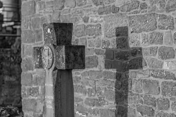 Kreuz aus Stein am Kloster Sainte Odile in den Vogesen im Elsass (schwarzweiß)