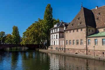 Historische Fachwerkhäuser in Straßburg am Ufer des Ill