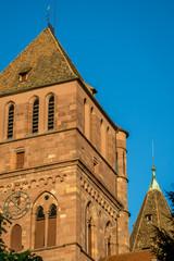 Kirche vor blauem Himmel in Strasbourg