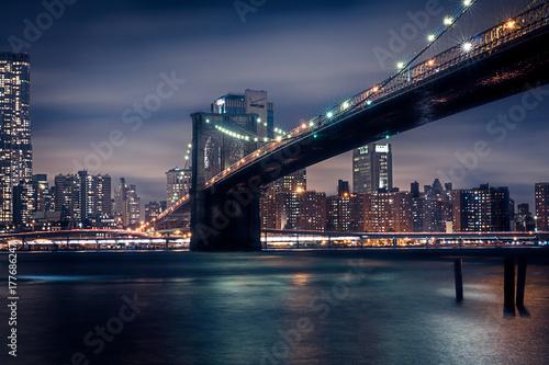brooklyn bridge bei nacht zdj stockowych i obraz w royalty free w obraz 177686247. Black Bedroom Furniture Sets. Home Design Ideas