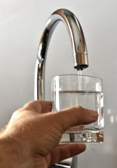 Boire un verre d'eau du robinet