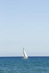 Veleiro branco no mar mediterrâneo