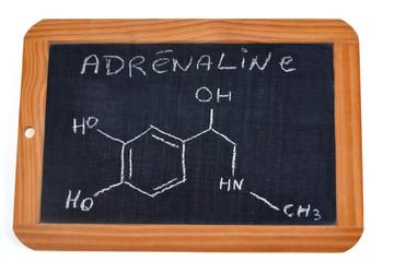 Formule chimique de l'adrénaline sur une ardoise