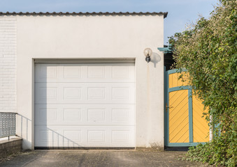 Moderne wiße Garage mit Tor