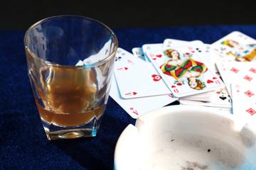Kartenspiel und Whiskeyglas