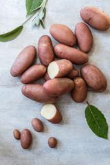 patate rosse e erbe aromatiche su base di legno chiaro