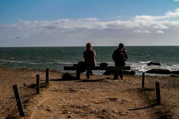 Un couple regarde l'océan