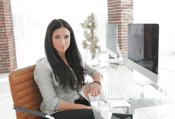 modern young business woman sitting at the desk.