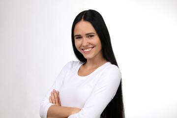 Hübsche Frau mit langen haaren lacht
