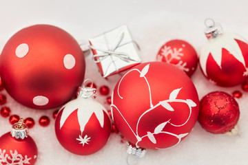 Rote Christbaumkugeln als Weihnachten Hintergrund