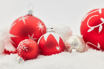 Rote Weihnachtskugel als Weihnachten Hintergrund