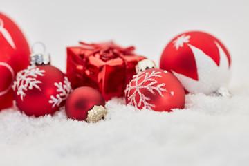 Weihnachten Hintergrund mit Geschenk und Christbaumkugel