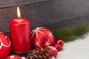 Dekoration zu Weihnachten mit Kerze und Weihnachtskugel