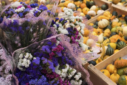 Fleurs et coloquintes sur un marché