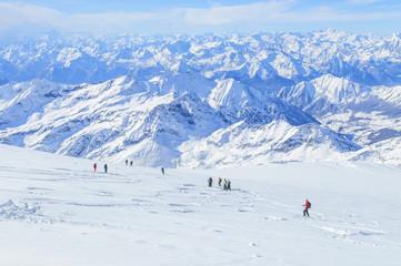 Skifahrer auf einem Gletscher im Hochgebirge