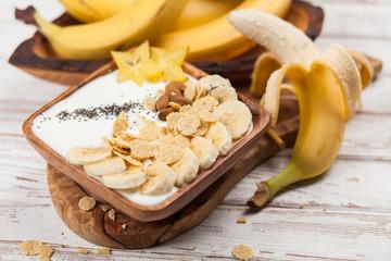 Banana yoghurt with seeds and cornflakes
