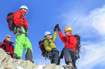 Alpinisten freuen sich über den gelungenen Gipfelsturm